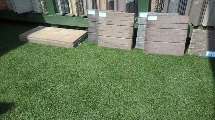 プレオ郡山店サンプル棚前の人工芝