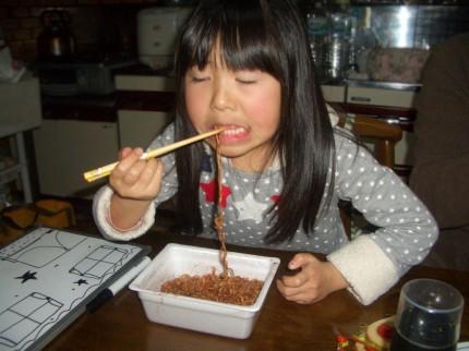 チョコレート味のやきそばを食べる娘